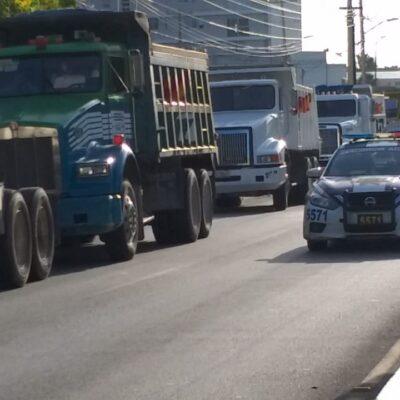 DISPUTA DE VOLQUETEROS POR OBRAS DEL TREN MAYA: Con una treintena de camiones de carga, protesta sindicato sobre la avenida Chichén Itzá con Bonampak en Cancún
