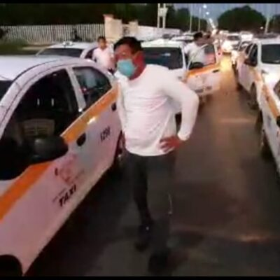 SE REBELAN EN CHETUMAL CONTRA RESTRICCIONES 'INÚTILES': Protestan taxistas por cierre de calles con el argumento de reducir la movilidad para enfrentar el COVID-19