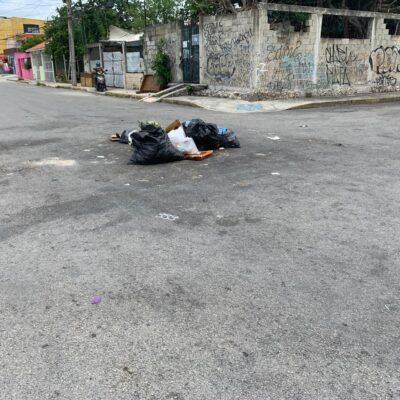"""""""AHÍ TE HABLAN, MARA"""": Vecinos molestos por falla en la recolección, tiran su basura a mitad de las calles de Cancún"""