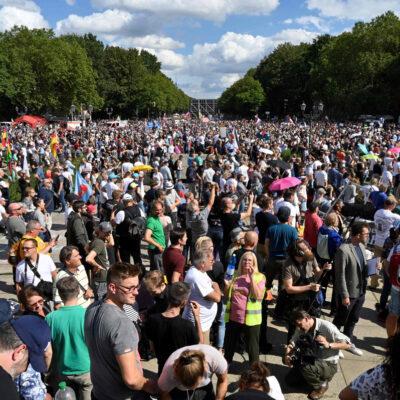 EUROPA EN RIESGO: Miles protestan contra restricciones por COVID-19