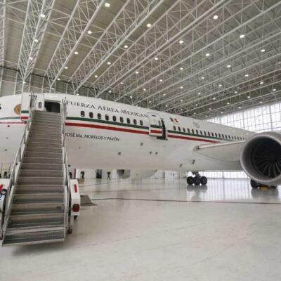 AMLO graba video en el interior del avión presidencial para promover venta de 'cachitos'