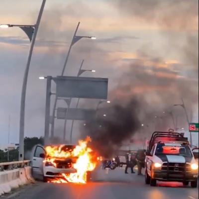 Arde automóvil en el puente de Playa del Carmen