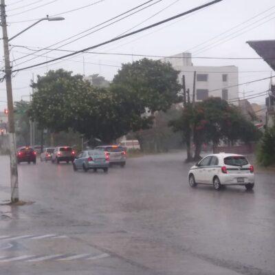 Sorprende intensa lluvia a cancunenses