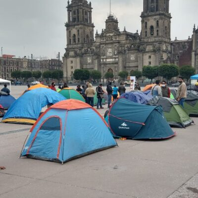 Maestros disidentes de Veracruz instalan plantón frente a Palacio Nacional