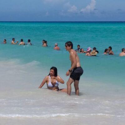 Turistas y locales aprovechan el día de asueto para disfrutar de las playas de Cancún