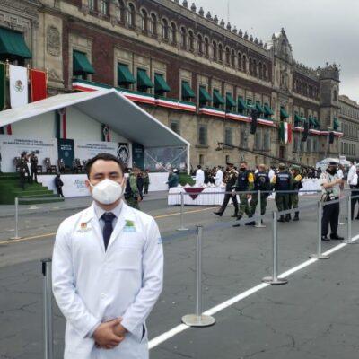 Doctor cozumeleño recibe máxima presea de la nación durante reconocimiento nacional en el Zócalo