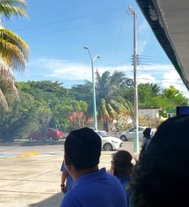 Evacuan a personal de la delegación del IMSS en Chetumal; se desprenden cables eléctricos de un transformador y caen sobre vehículos estacionados