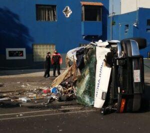 VIDEO | Captan vuelco y choque de ambulancia en la CDMX