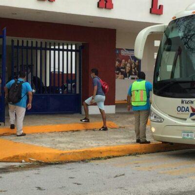 Turistas regresan a sus hoteles en la Zona Hotelera de Cancún