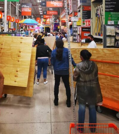 INCURREN CANCUNENSES EN COMPRAS DE PÁNICO: Ante la aproximación del huracán 'Delta', llenan comercios para adquirir todo tipo de productos y proteger propiedades