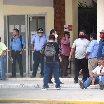 Plantón de ex empleados en Palacio Municipal de Felipe Carrillo Puerto