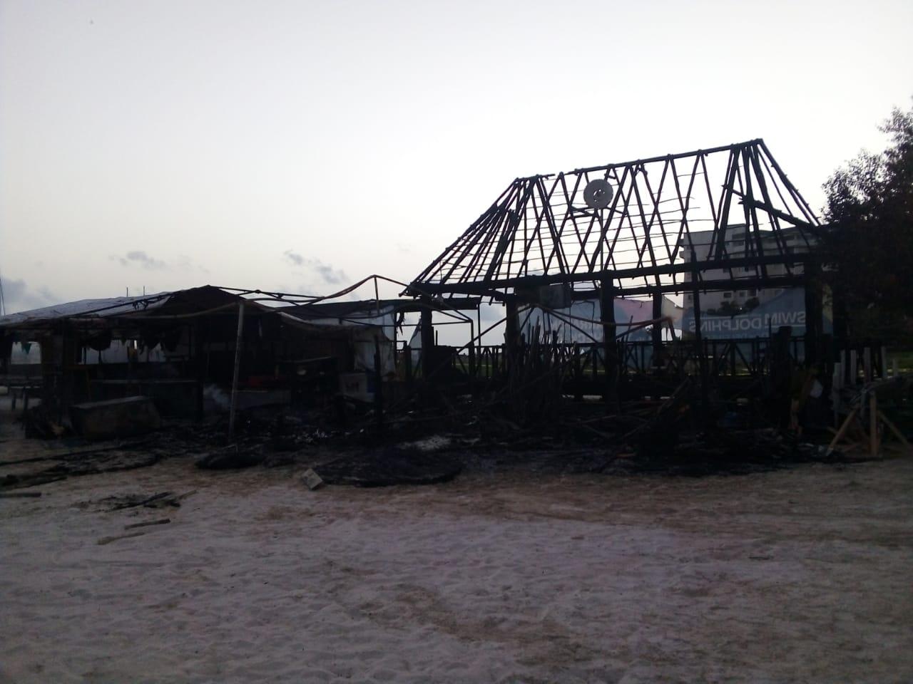 QUEMAZÓN EN LA ZONA HOTELERA: Se incendian tres palapas en Playa Langosta  de Cancún - Noticaribe